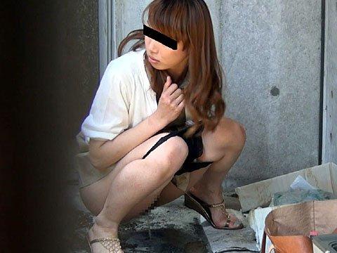 屋外で放尿しちゃった女の子 (4)