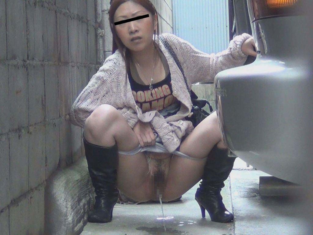 屋外で放尿しちゃった女の子 (2)