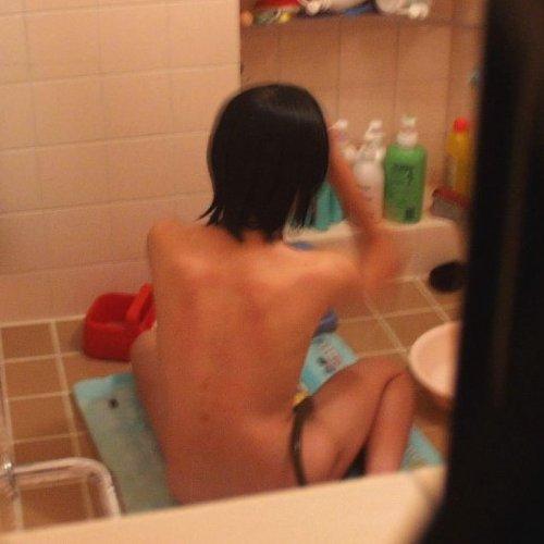 【風呂エロ画像】民家の風呂場の窓から素人娘たちの入浴姿を覗いちゃう