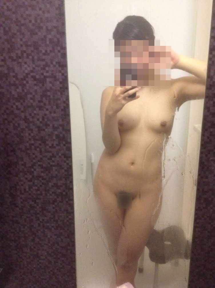 鏡に映った自分の裸を写メする女の子 (3)