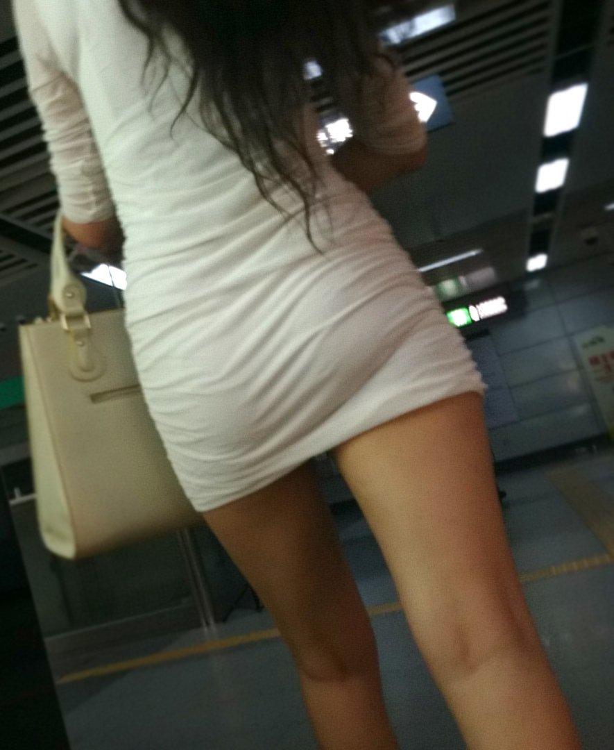 パンティが透けまくりのスカート姿 (18)
