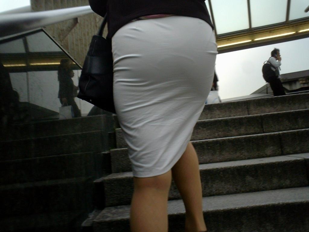 パンティが透けまくりのスカート姿 (11)