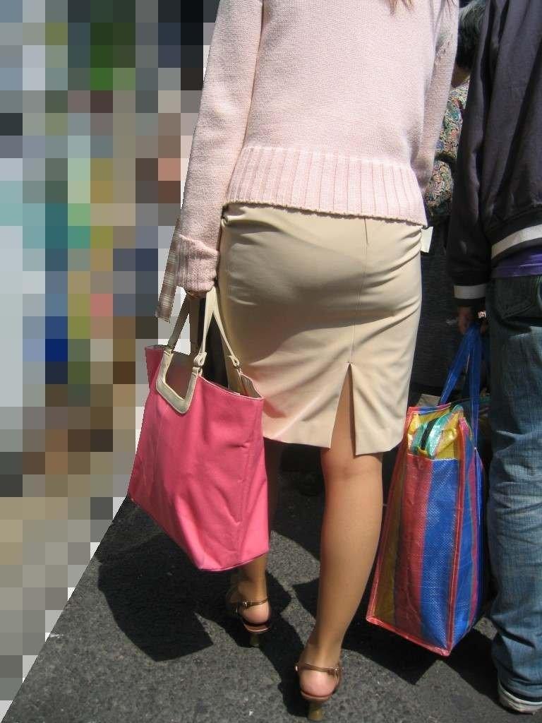 パンティが透けまくりのスカート姿 (8)
