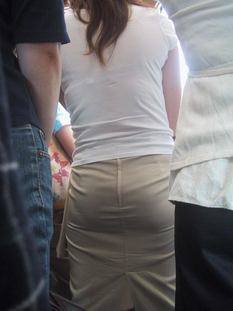 パンティが透けまくりのスカート姿 (15)