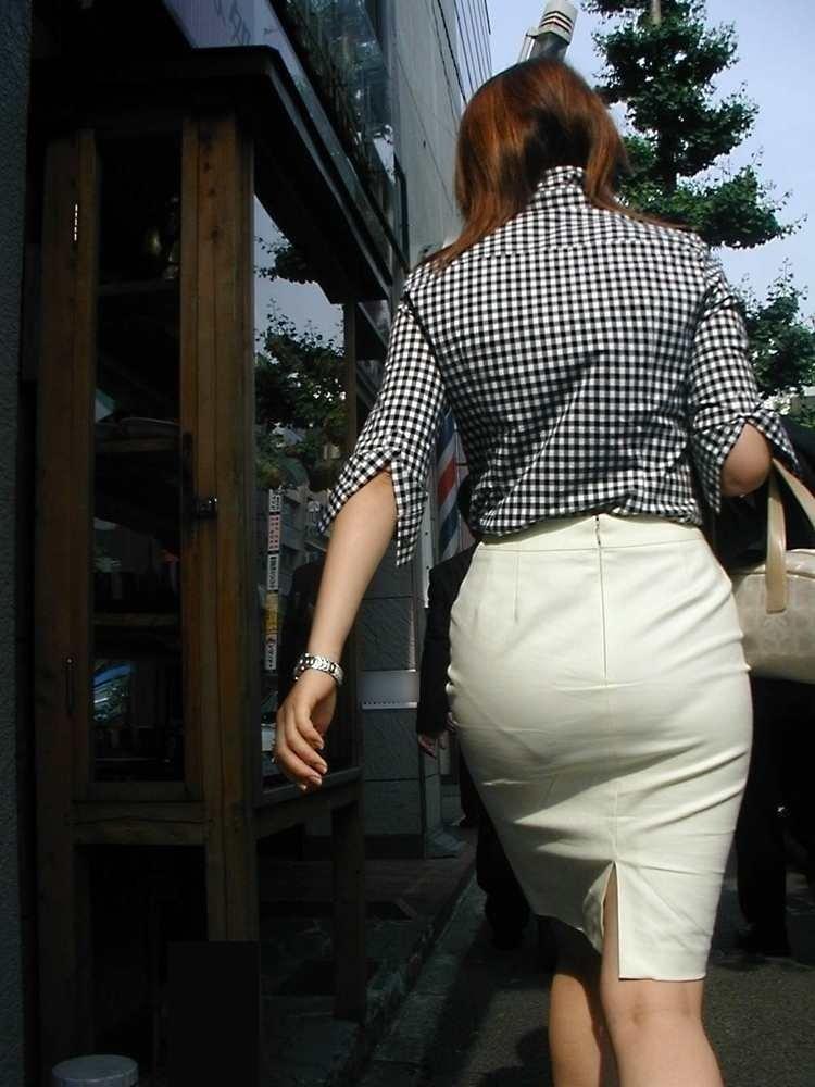 パンティが透けまくりのスカート姿 (9)