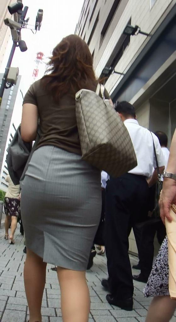 パンティが透けまくりのスカート姿 (13)