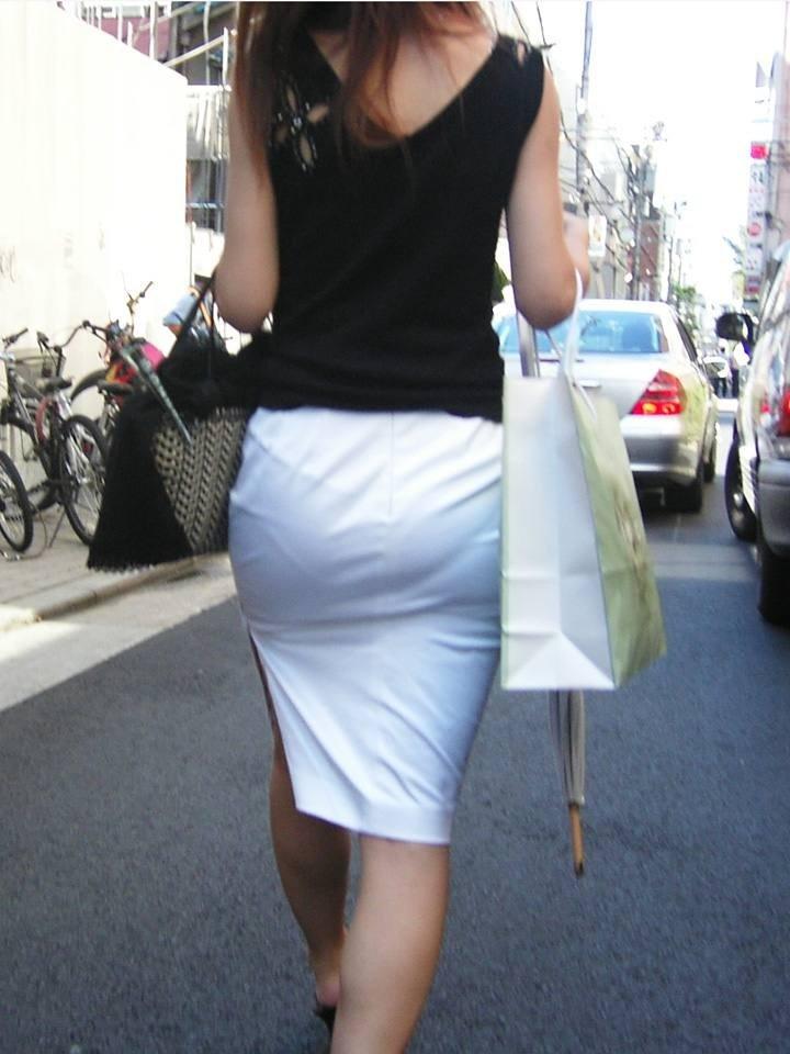 パンティが透けまくりのスカート姿 (6)