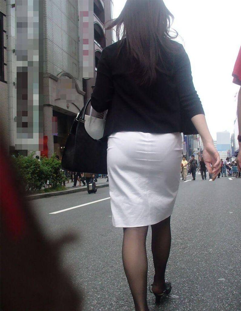 パンティが透けまくりのスカート姿 (4)