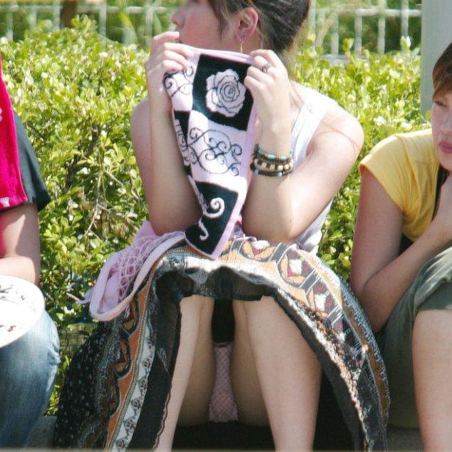 【パンチラ エロ画像】スカート姿の素人女性たちのラッキーなパンチラ