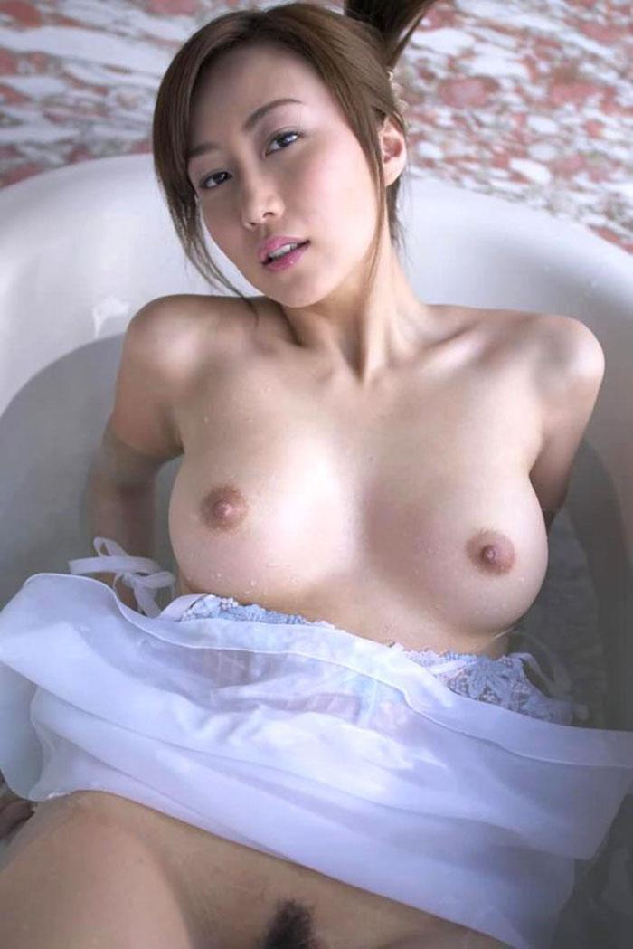 お湯に浮かぶ乳房がセクシー (5)