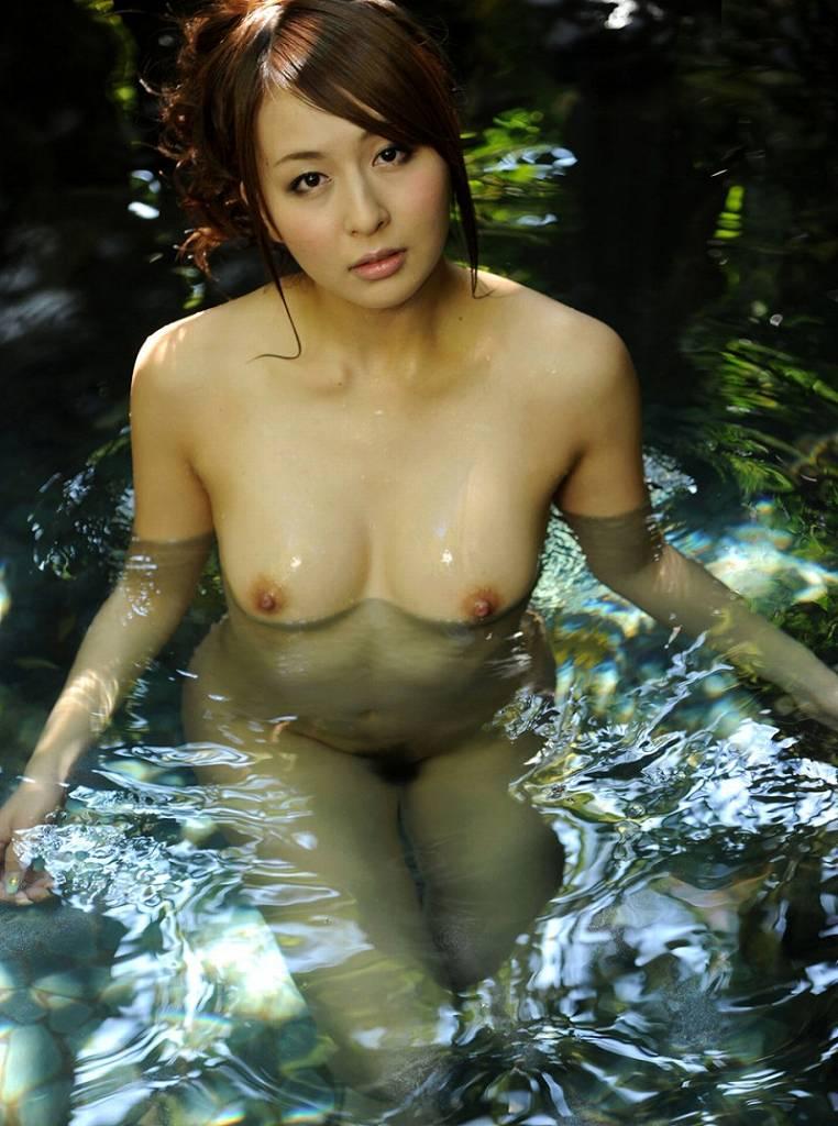 お湯に浮かぶ乳房がセクシー (16)