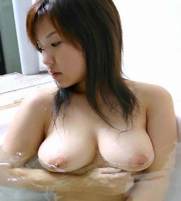 お湯に浮かぶ乳房がセクシー (1)