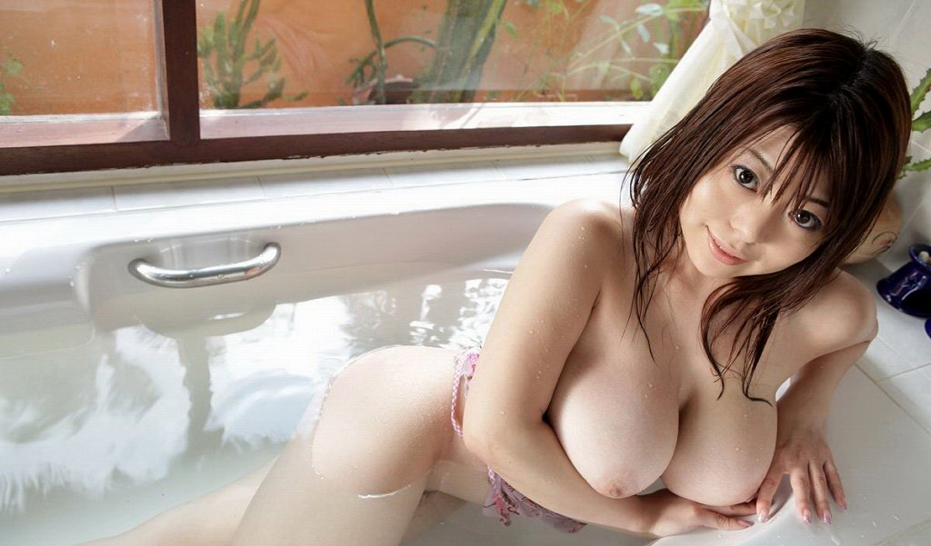 お湯に浮かぶ乳房がセクシー (10)