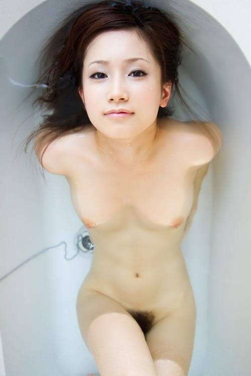 お湯に浮かぶ乳房がセクシー (4)