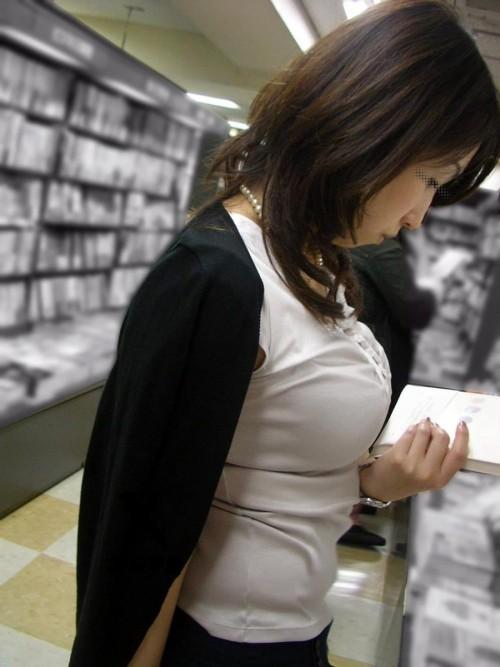 巨乳が目立ちすぎて胸ばっかり見ちゃう着衣巨乳の素人女性たち