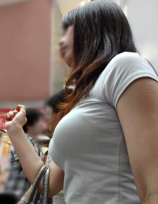 デカい乳房が服から飛び出そう (1)