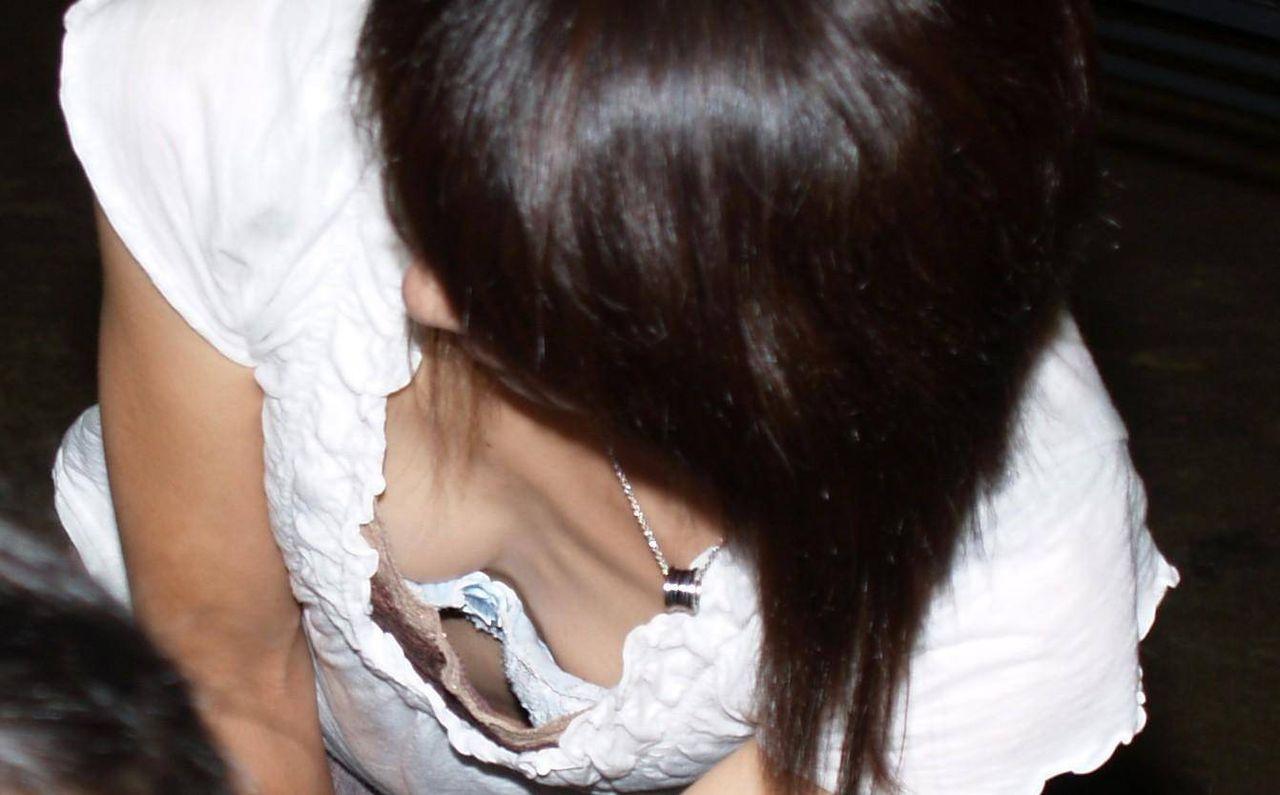 胸の谷間が見えちゃっている女の子 (3)