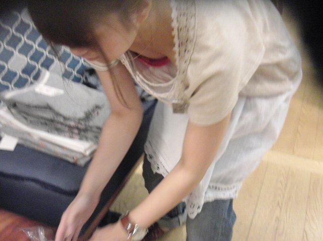店内で胸の谷間がチラ見えしてる (7)