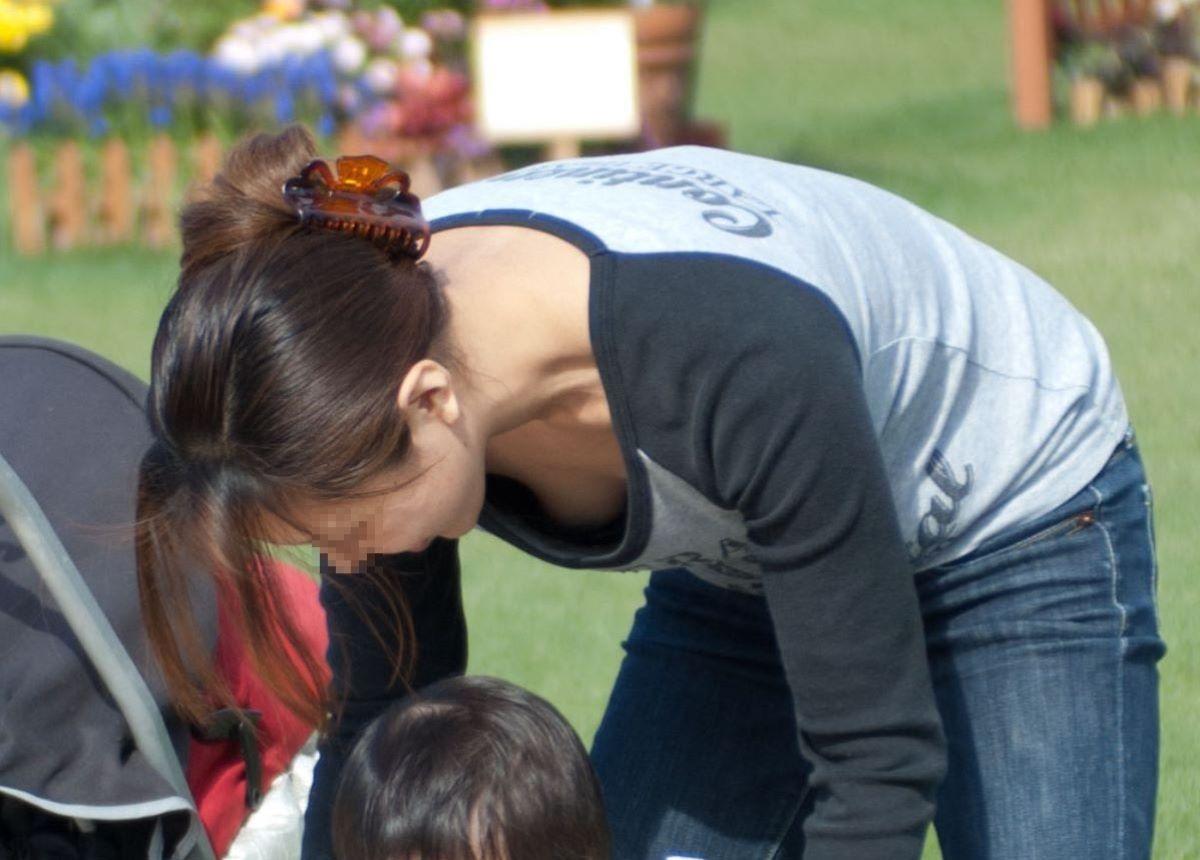 若いママさんの大きな乳房がチラ見え (4)