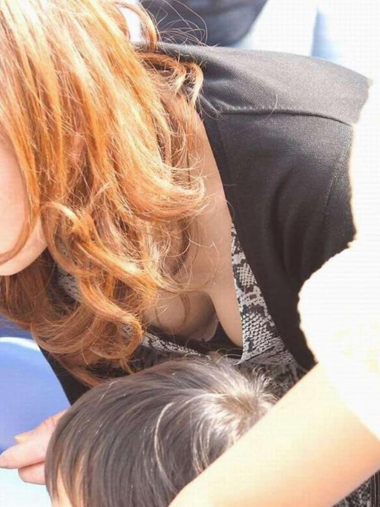 若いママさんの大きな乳房がチラ見え (11)