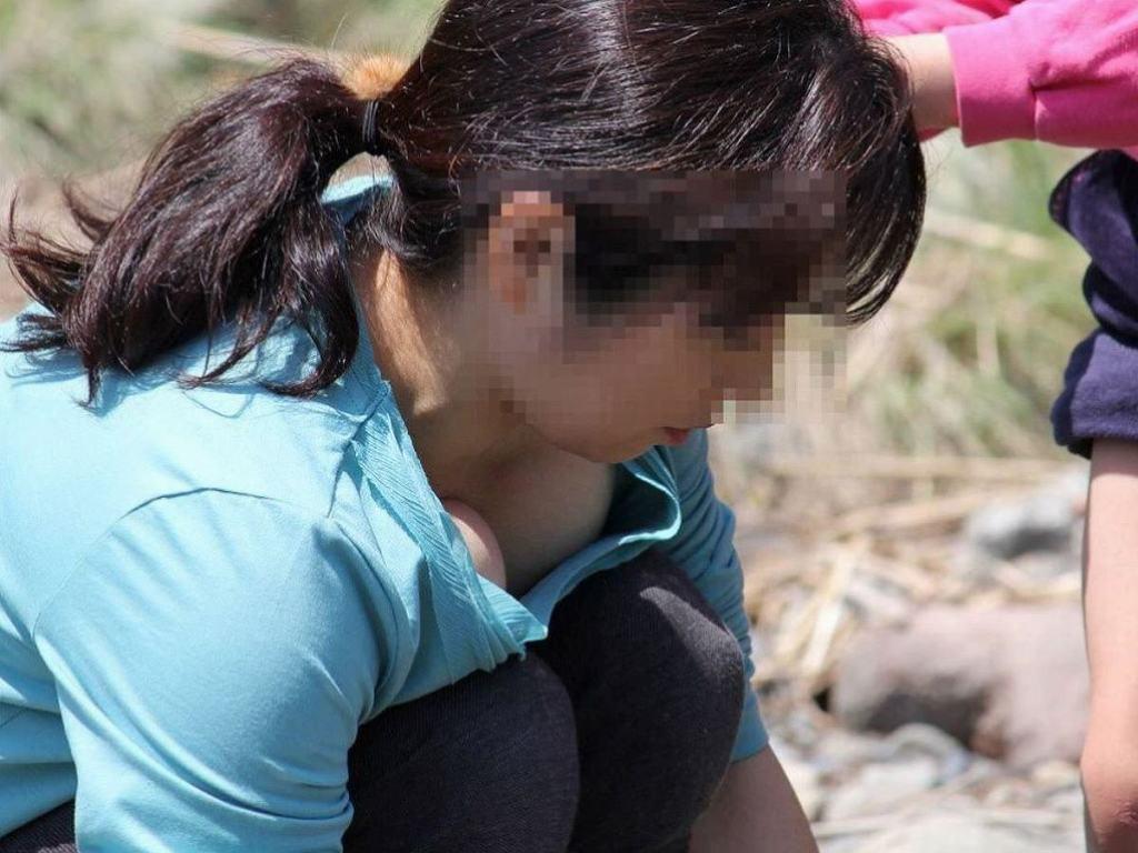 若いママさんの大きな乳房がチラ見え (15)