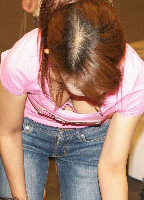 前傾姿勢で乳房が見えまくりな素人さん (6)