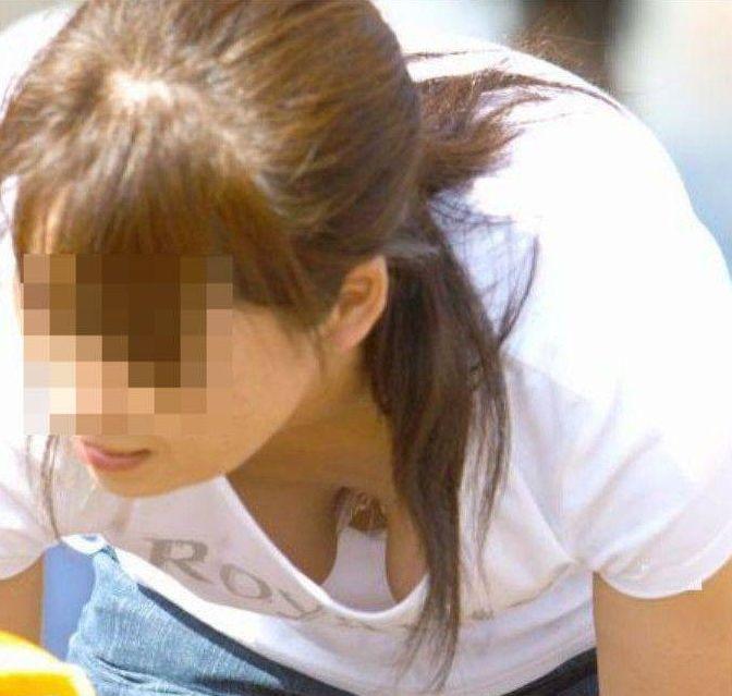 前傾姿勢で乳房が見えまくりな素人さん (7)