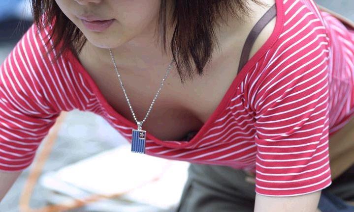 前傾姿勢で乳房が見えまくりな素人さん (16)