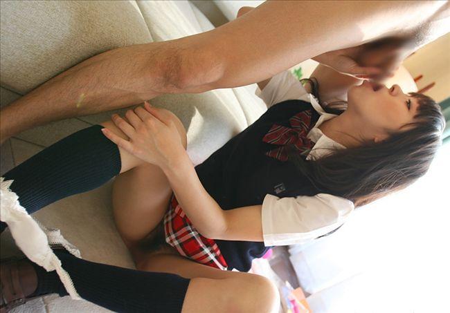 フェラチオで勃起を手伝ってくれる女の子 (8)
