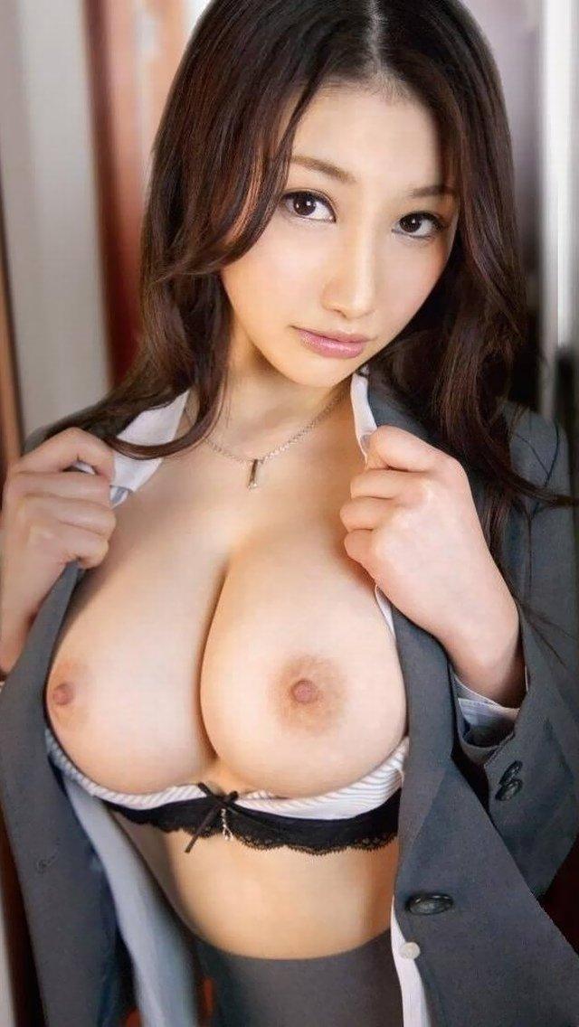 大きな乳房の谷間を見せるための行為 (19)
