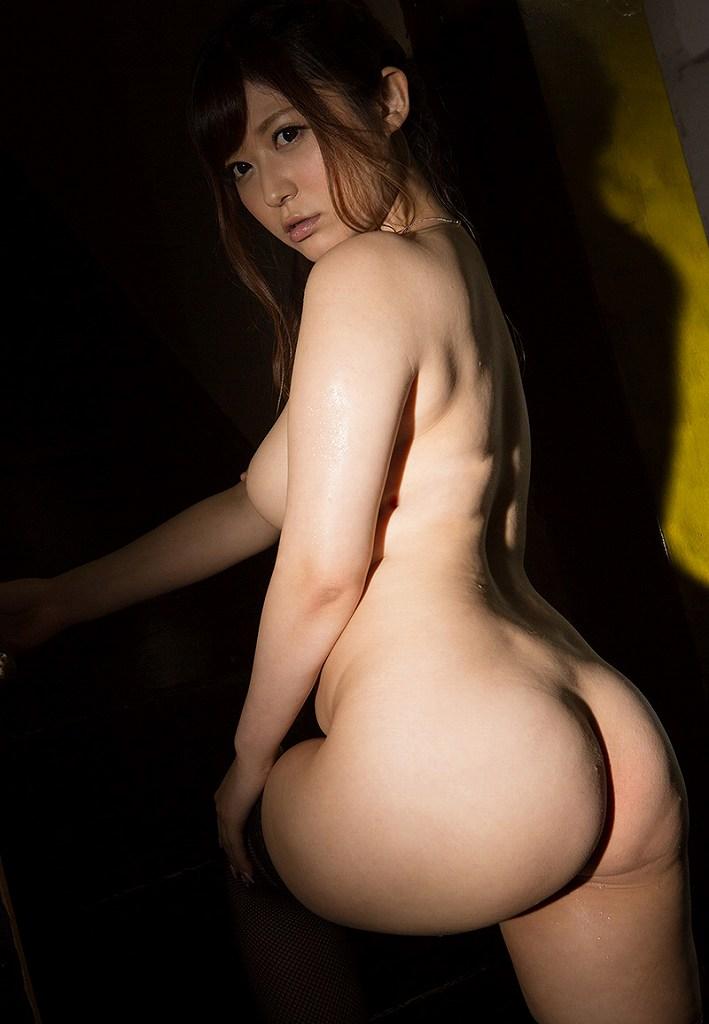 尻と胸を同時に見せる振り向き女性 (16)
