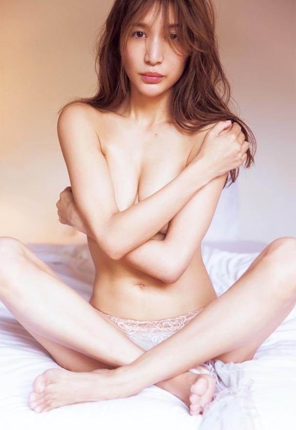 女優やアイドルの限界まで見せた美乳 (8)