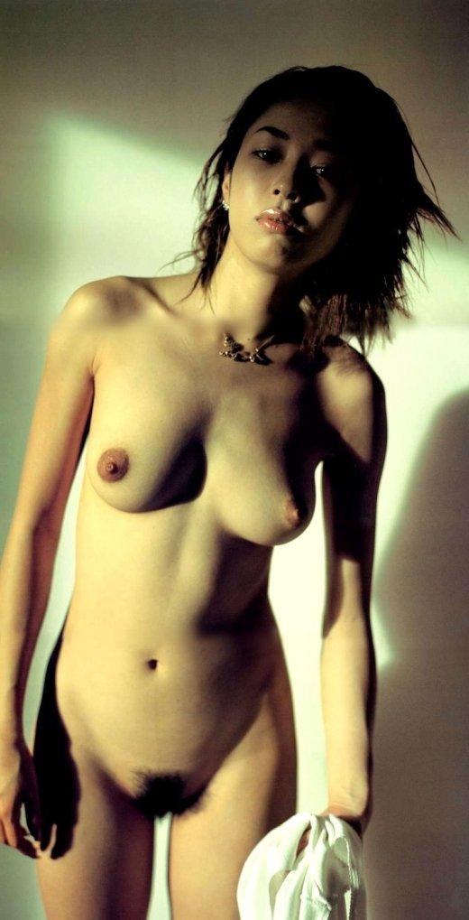 芸能人が全裸になってオッパイや股間を露出 (11)