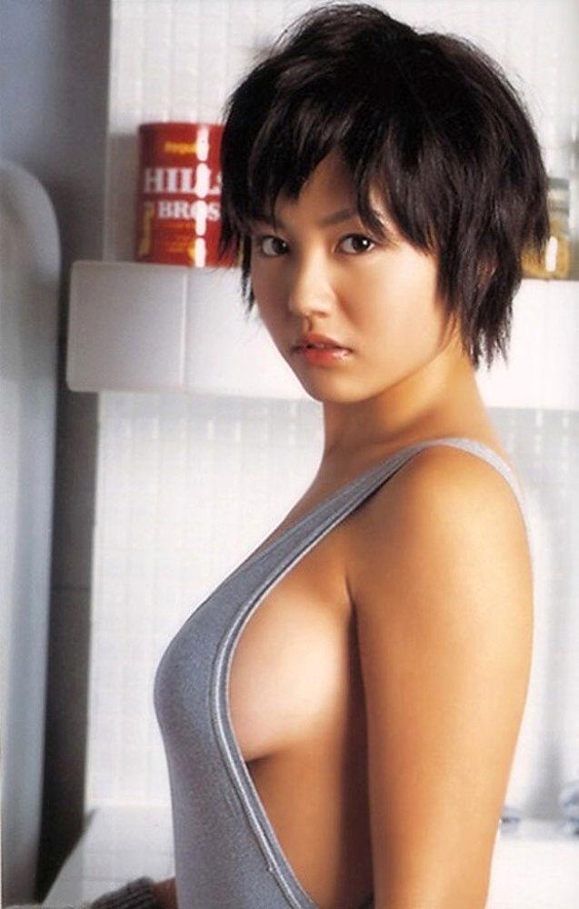 横から乳房が見えているセクシーなグラドルや女優 (19)