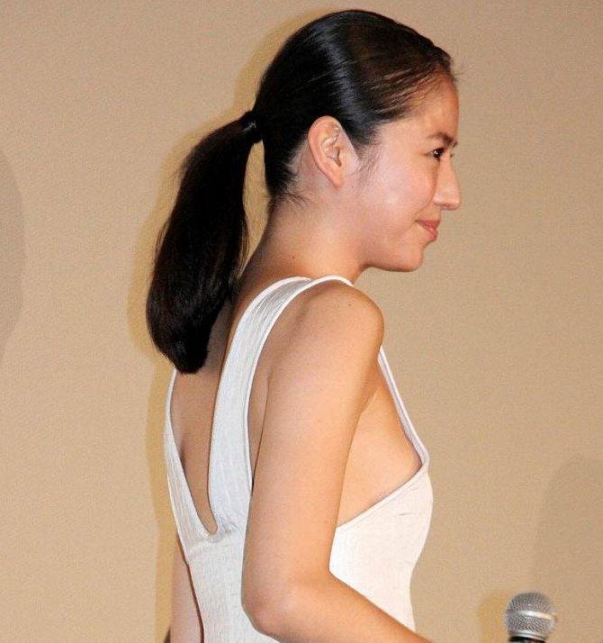 横から乳房が見えているセクシーなグラドルや女優 (1)