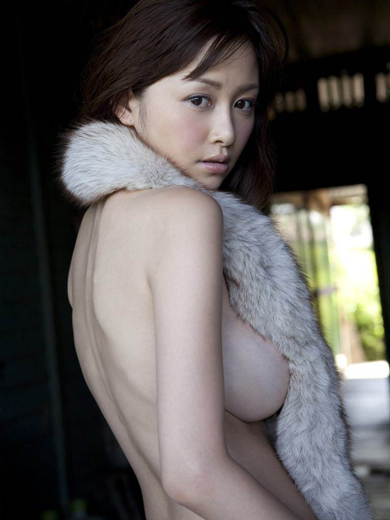横から乳房が見えているセクシーなグラドルや女優 (18)