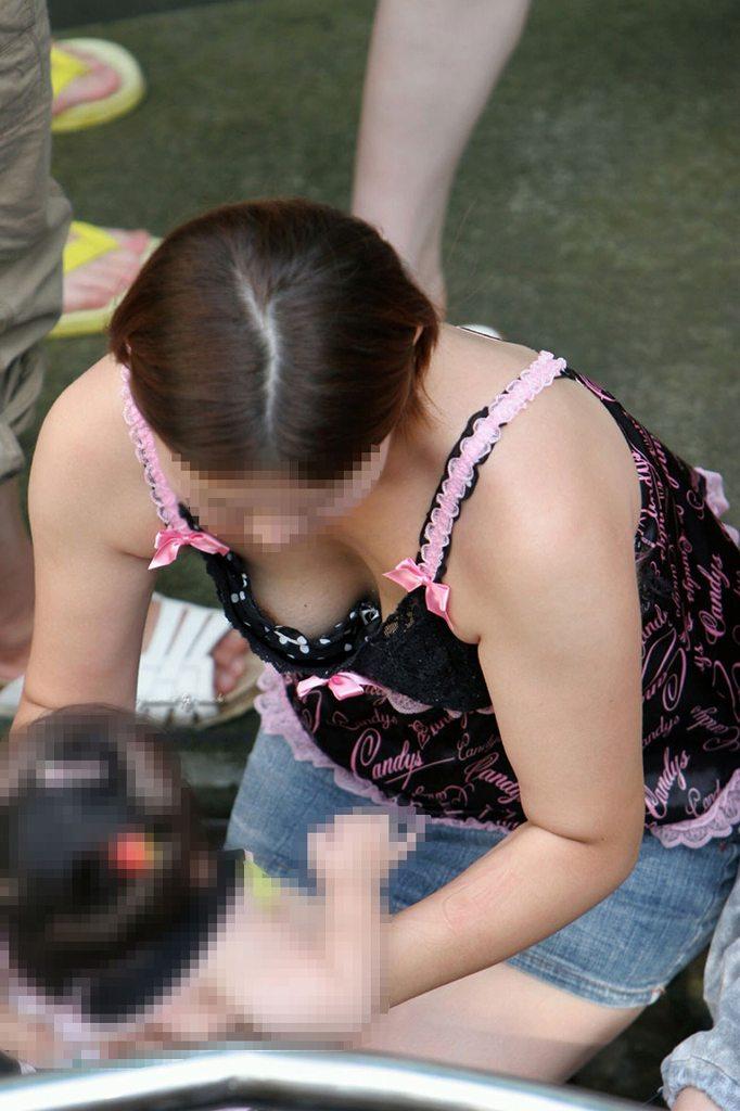 若奥様の巨乳化した乳房がチラ見え (14)