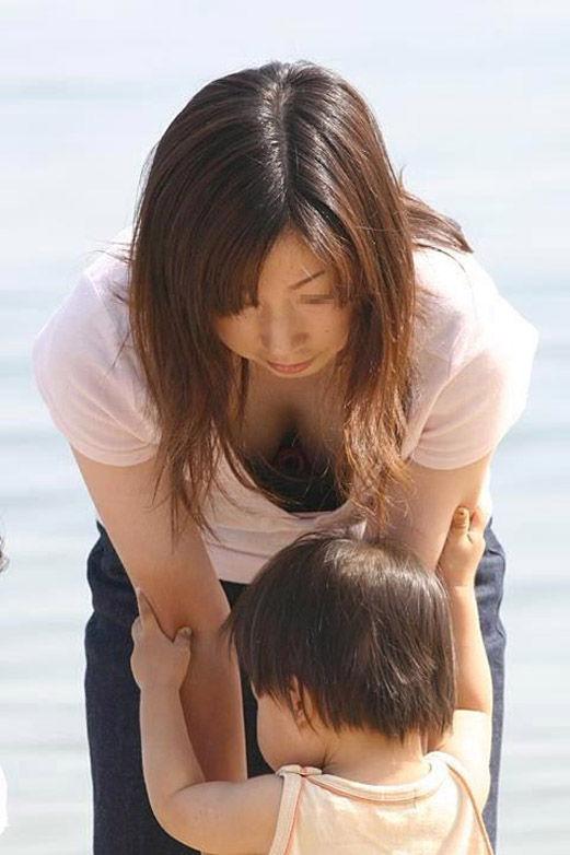 若奥様の巨乳化した乳房がチラ見え (6)