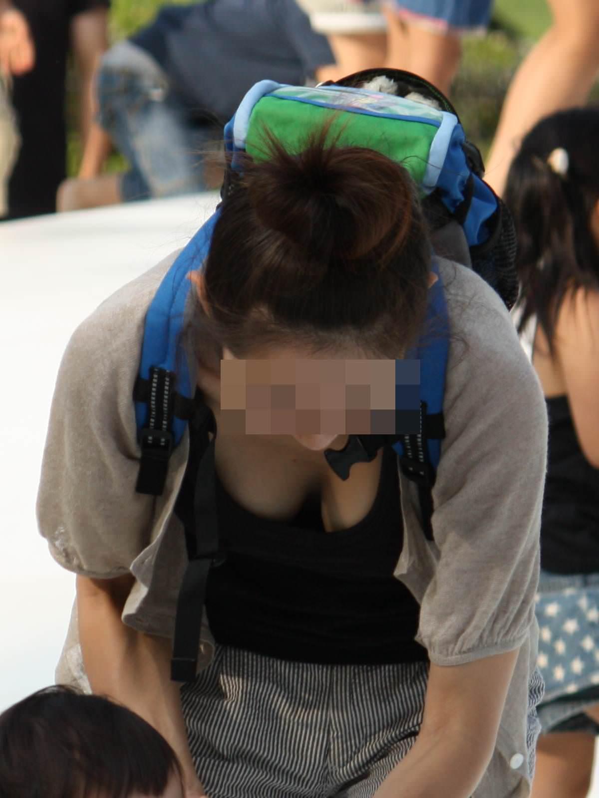 若奥様の巨乳化した乳房がチラ見え (7)