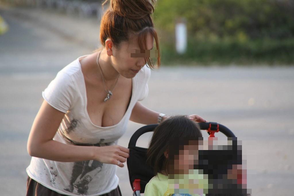 若奥様の巨乳化した乳房がチラ見え (3)