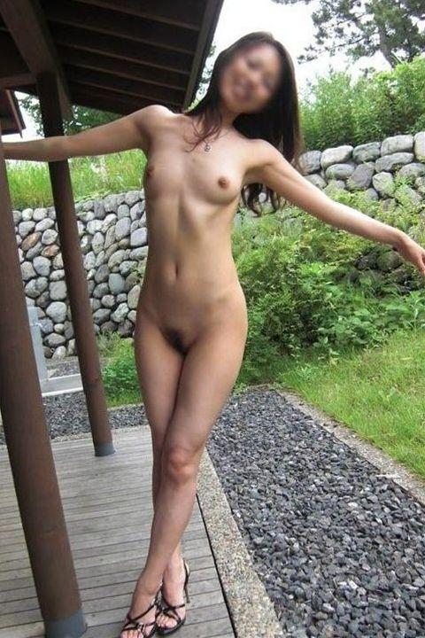 屋外で服を脱いでしまう変態さん (11)