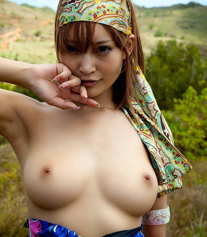 太陽の下で裸になる美女たちが芸術的な野外露出ヌード