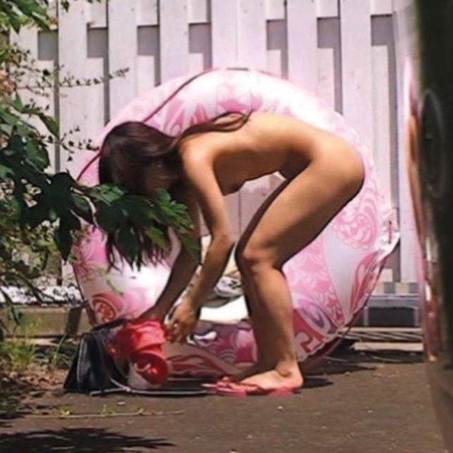 【野外着替えエロ画像】素人女性が野外で着替えてたら絶対覗いちゃうよね