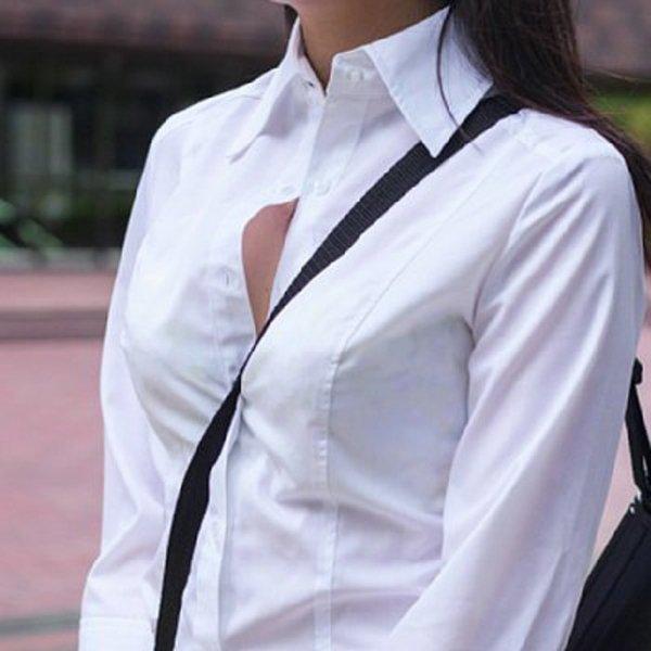 斜め掛けカバンのベルトが胸の谷間を強調してる (1)