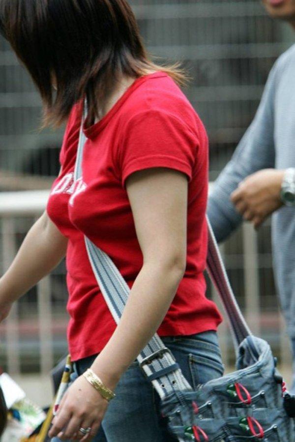 斜め掛けカバンのベルトが胸の谷間を強調してる (9)
