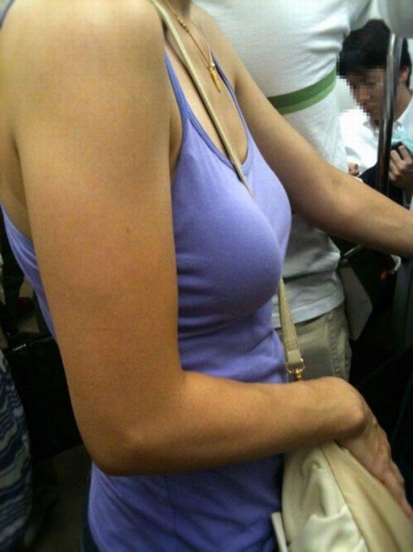 斜め掛けカバンのベルトが胸の谷間を強調してる (15)