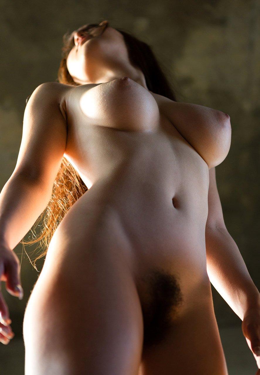 下乳が良く見える下からのアングル (13)