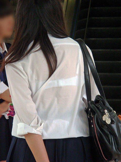 下着が透けちゃってる素人さん (16)