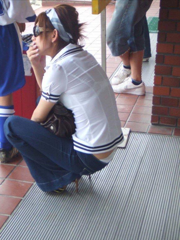 下着が透けちゃってる素人さん (13)