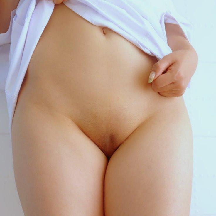 陰毛が生えていないツルツルの股間が素敵 (1)